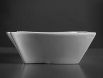 Djup porslinmaträtt på grå färgtabellen Arkivfoto