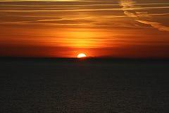 Djup röd solnedgång på havet Royaltyfri Foto
