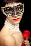 djup seende mystisk slitage kvinna för maskering Royaltyfria Bilder