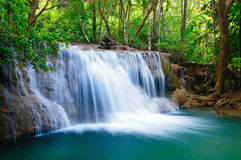 djup skogkanchanaburithailand vattenfall Arkivbilder