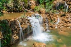 Djup skogvattenfall Arkivbilder