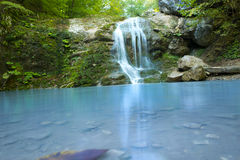 Djup skogvattenfall Arkivfoto