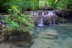 Djup skogvattenfall (den Erawan vattenfallet) Arkivbilder
