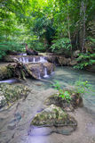 Djup skogvattenfall (den Erawan vattenfallet) Arkivfoto