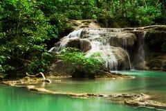 Djup skogvattenfall i Erawan vattenfallnationalpark Arkivfoton