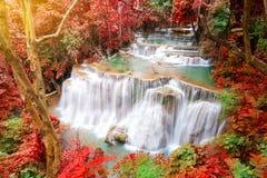 Djup skogvattenfall i höstplats på Huay waterfal Mae Kamin