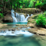 Djup skogvattenfall i Huay Mae Kamin Kanjanaburi Thailand Arkivbilder