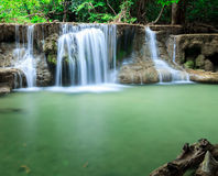 Djup skogvattenfall i Huay Mae Kamin Kanjanaburi Thailand Royaltyfria Bilder