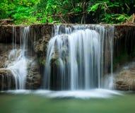 Djup skogvattenfall i Huay Mae Kamin Kanjanaburi Thailand Royaltyfri Fotografi