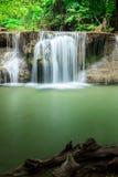 Djup skogvattenfall i Huay Mae Kamin Kanjanaburi Thailand Arkivfoto