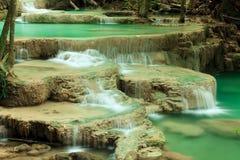 Djup skogvattenfall i Huay Mae Kamin Kanjanaburi Thailand Fotografering för Bildbyråer