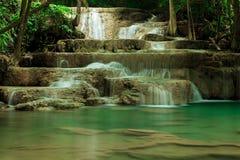Djup skogvattenfall i Huay Mae Kamin Kanjanaburi Thailand Royaltyfri Foto