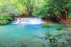 Djup skogvattenfall i Kanchanaburi (Huay Mae Kamin) Arkivbild