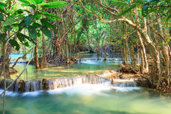Djup skogvattenfall i Kanchanaburi (Huay Mae Kamin) Royaltyfria Bilder