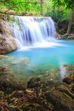 Djup skogvattenfall i Kanchanaburi (Huay Mae Kamin) Royaltyfri Bild