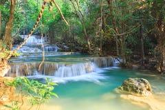 Djup skogvattenfall i Kanchanaburi (Huay Mae Kamin) Royaltyfri Foto