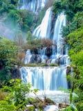Djup skogvattenfall i nationalparken, Thailand Arkivfoton