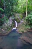 Djup skogvattenfall i Thailand Arkivbild