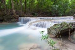 Djup skogvattenfall på den Erawan vattenfallet Arkivbild