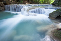 Djup skogvattenfall på den Erawan vattenfallet Arkivfoton
