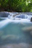 Djup skogvattenfall på den Erawan vattenfallet Royaltyfria Bilder