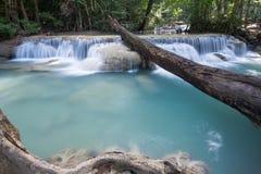 Djup skogvattenfall på den Erawan vattenfallet Arkivbilder