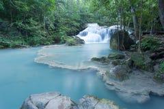 Djup skogvattenfall på den Erawan vattenfallet Arkivfoto