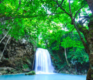 Djup skogvattenfall på den Erawan vattenfallnationalparken Kanjanab Arkivbild