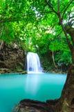 Djup skogvattenfall på den Erawan vattenfallnationalparken Kanjanab Royaltyfria Foton