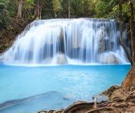 Djup skogvattenfall på den Erawan vattenfallnationalparken Kanjanab Arkivfoto