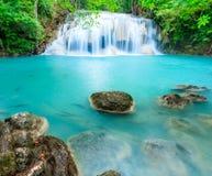 Djup skogvattenfall på den Erawan vattenfallnationalparken Kanjanab Royaltyfri Bild