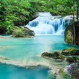 Djup skogvattenfall på den Erawan vattenfallnationalparken Kanjanab Royaltyfria Bilder