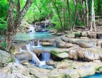 Djup skogvattenfall på den Erawan vattenfallnationalparken Kanjanab Fotografering för Bildbyråer