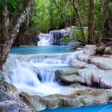Djup skogvattenfall på den Erawan vattenfallnationalparken Kanjanaburi Thailand Arkivfoto