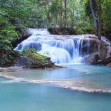 Djup skogvattenfall på den Erawan vattenfallnationalparken Kanjanaburi Thailand Royaltyfri Foto