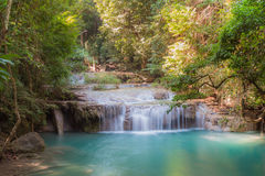 Djup skogvattenfall på för Erawan för nivå 3 nationalparken vattenfall, Kanjanaburi Thailand Royaltyfri Foto