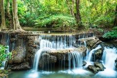 Djup skogvattenfall på Huay Mae Ka Min Arkivfoto
