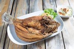 Djup stekt fisk för havsbas med thailändsk kryddig sås Arkivbild