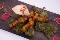 Djup stekt kycklingsenor och sås på den vita maträtten med träbakgrund Royaltyfri Foto