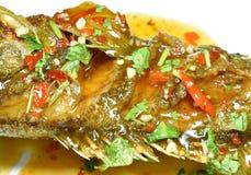 Djup stekt röd satt band havsaborrefisk som klär söt chilisås på plattan fotografering för bildbyråer