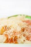 Djup syn på lagade mat nudlar med bolognese sås Arkivfoto
