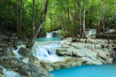 Djupa Forest Waterfall i Thailand Arkivbild