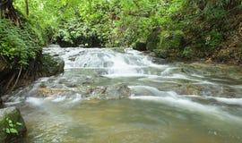 Djupa Forest Waterfall på den Sarika vattenfallet Thailand Royaltyfri Bild