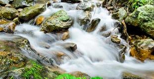 Djupa Forest Waterfall på den Sarika vattenfallet Thailand Arkivbilder