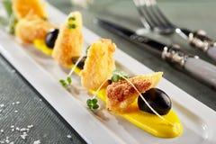 Djupa Fried Camembert med mangosås Arkivbilder