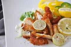 Djupa Fried Chicken med ny limefrukt på den vita plattan Arkivbild