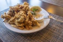 Djupa Fried Clams Served med pommes frites i en restaurang royaltyfri foto