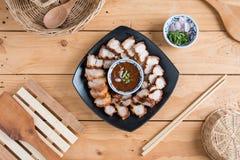 Djupa Fried Crispy Pork Belly Cooked med vitlök och kryddig dippin royaltyfria foton