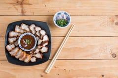 Djupa Fried Crispy Pork Belly Cooked med vitlök och kryddig dippin arkivfoton