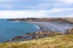 Djupalonssandur ou Lava Pearl Beach preto são um pla bonito Imagens de Stock